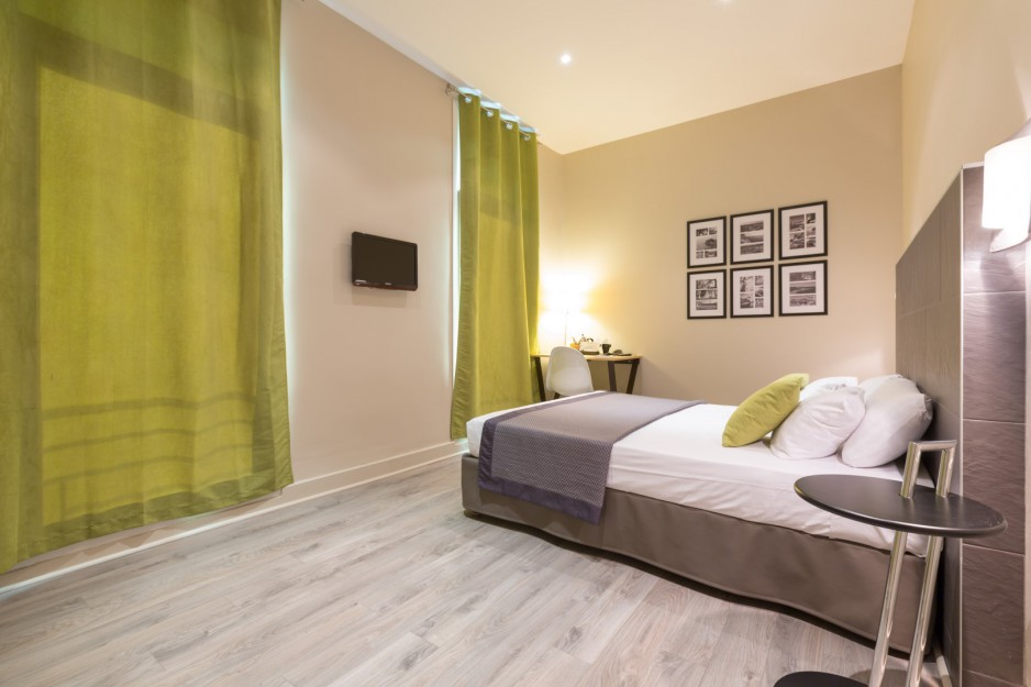 H tel l 39 heure toulon roomforday for Hotel al heure liege