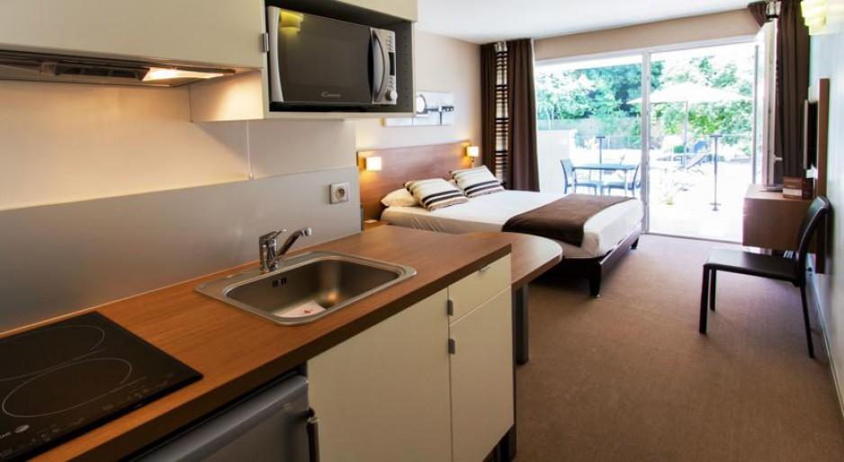 H tels la journ e avec piscine montpellier roomforday for Hotel avec piscine interieur