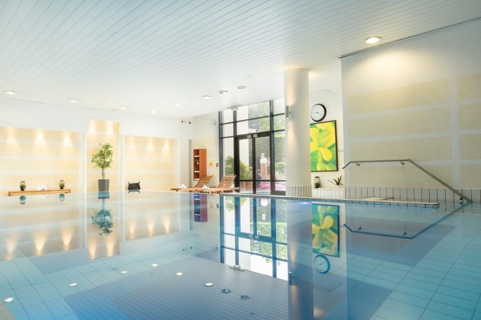 H tels la journ e avec piscine paris roissy cdg roomforday for Hotel avec piscine interieur